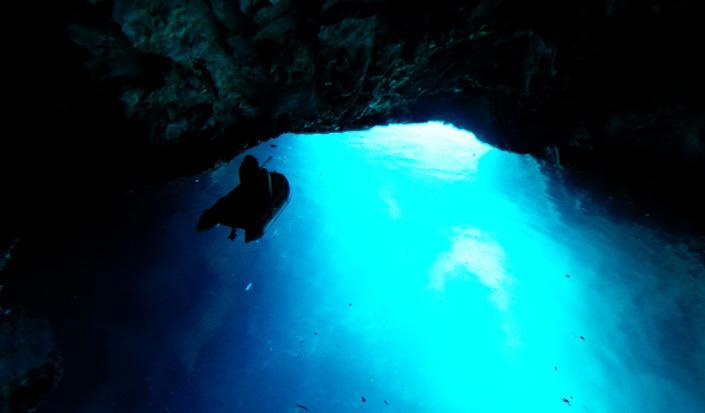 La beauté surréaliste de la Grotte Bleue de l'île Biševo