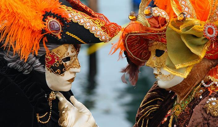 Suivez la folie du carnaval de Venise en bateau !