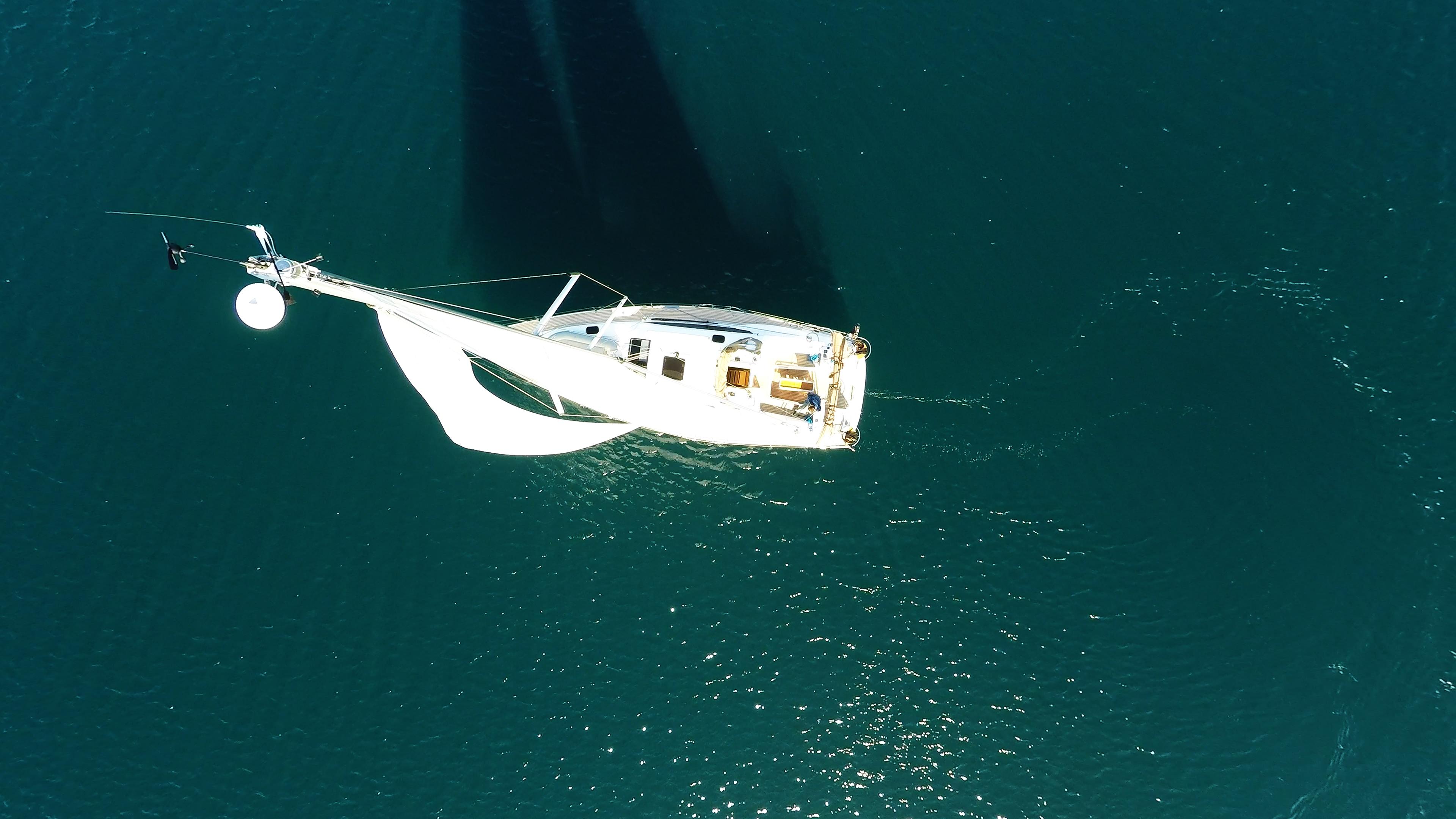 bateau à voile vue d'oimeru mât antenne voiles voile bateau à voile voilier