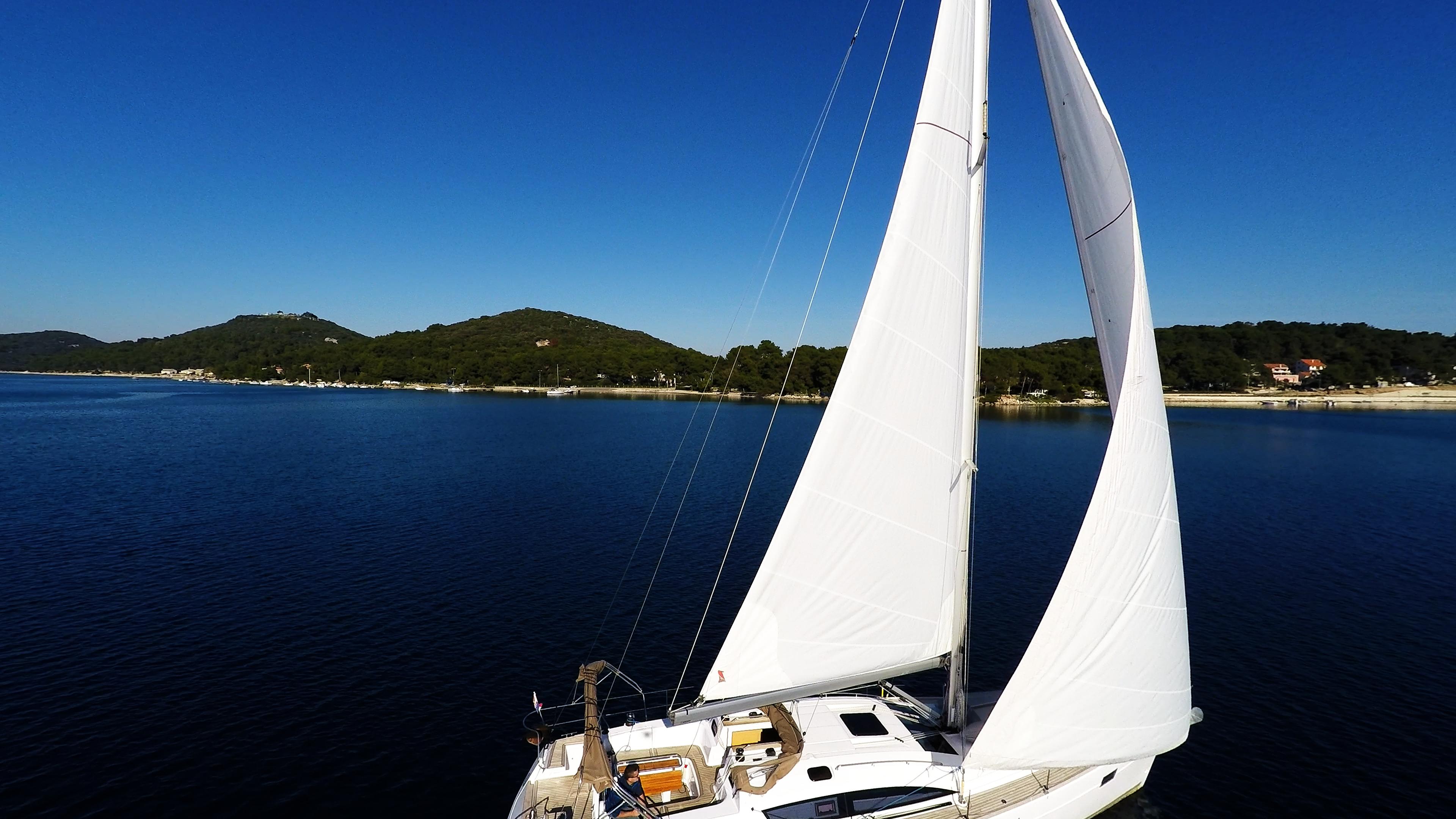 bateau à voile mer bleueet ciel voiles de voilier voilier