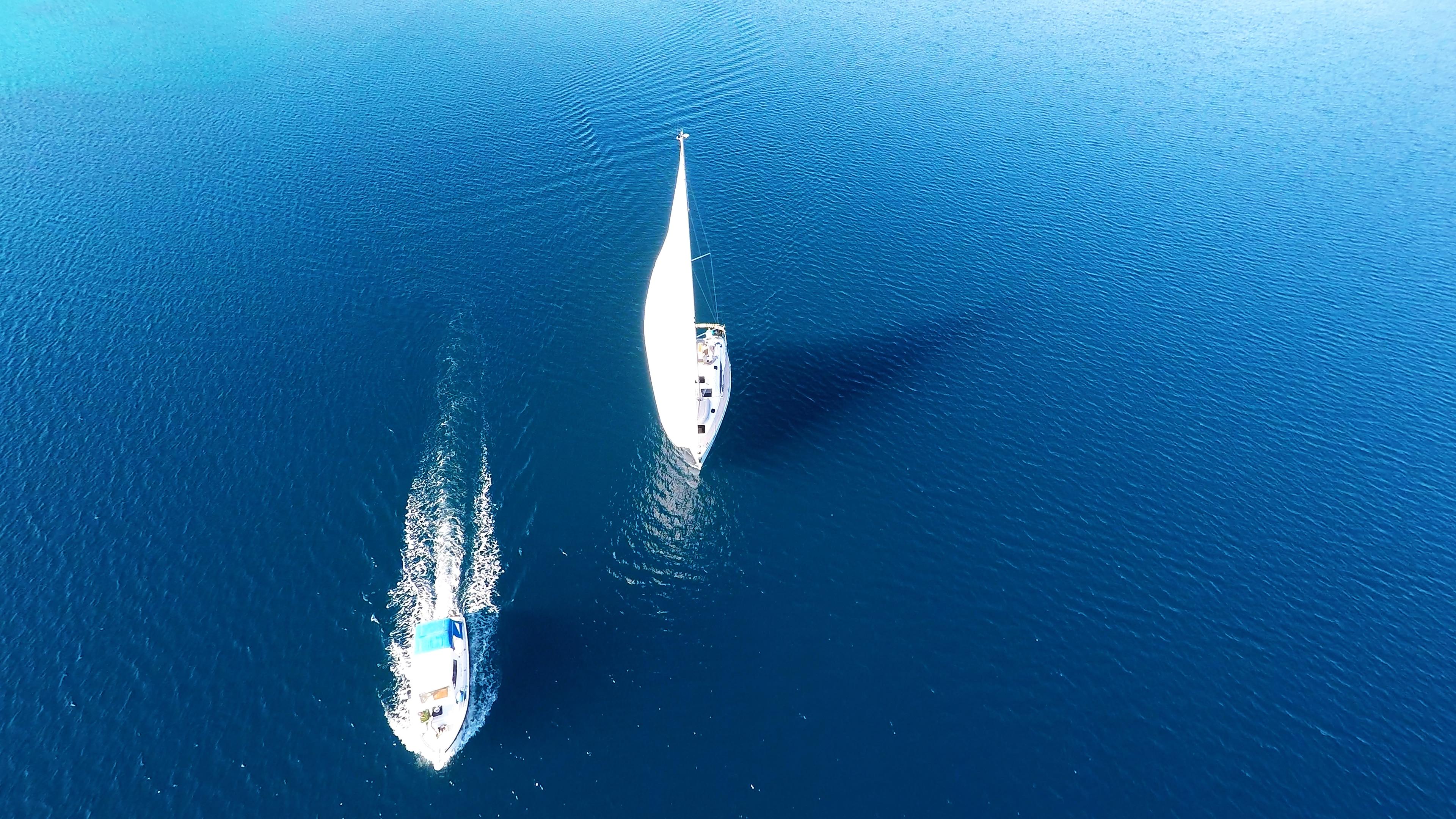 bateau à voile mer bleue bateau à voile bateau à moteur