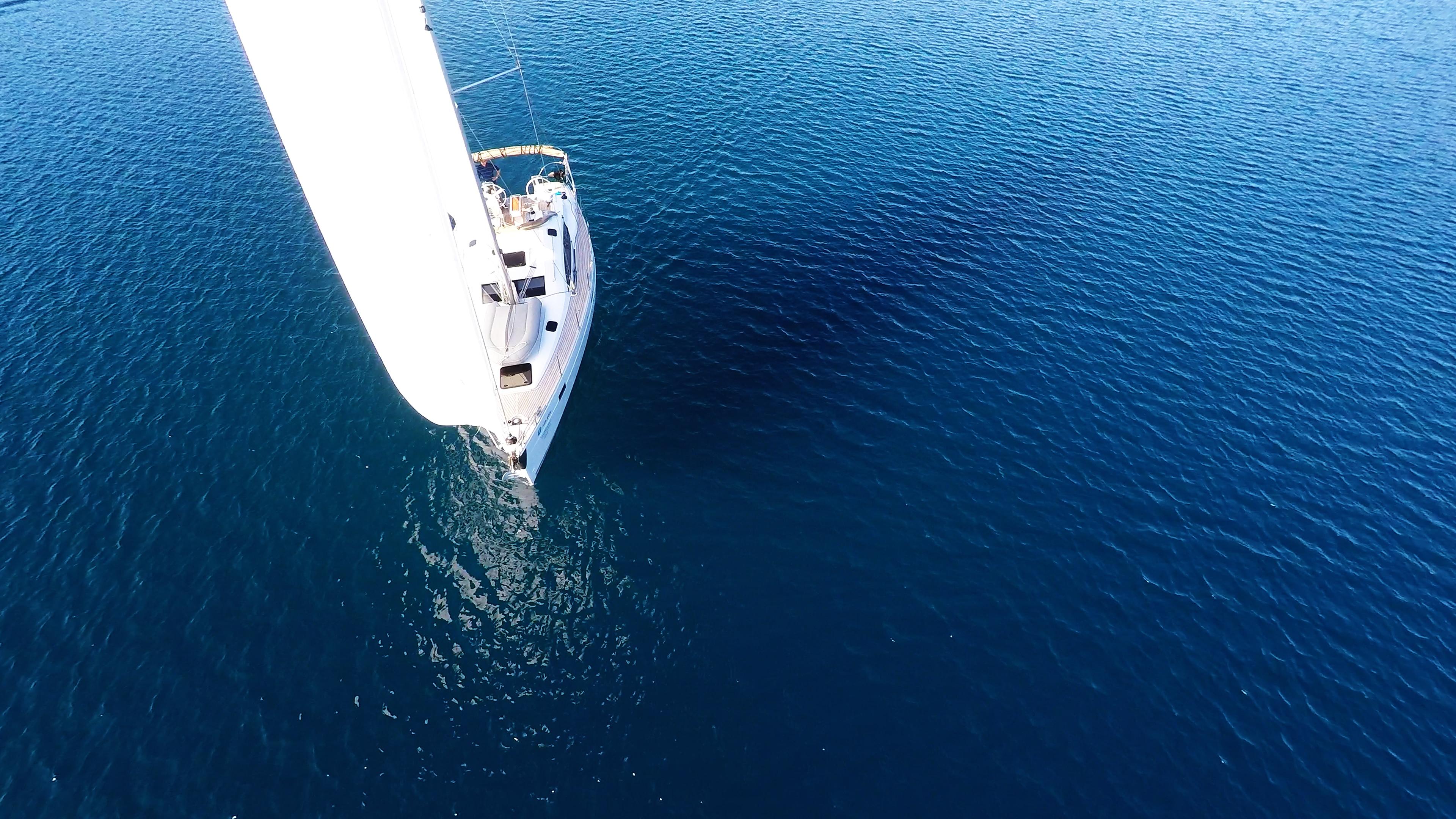 bateau à voile mer bleue bateau à voile voile blanche ensoleillé voilier