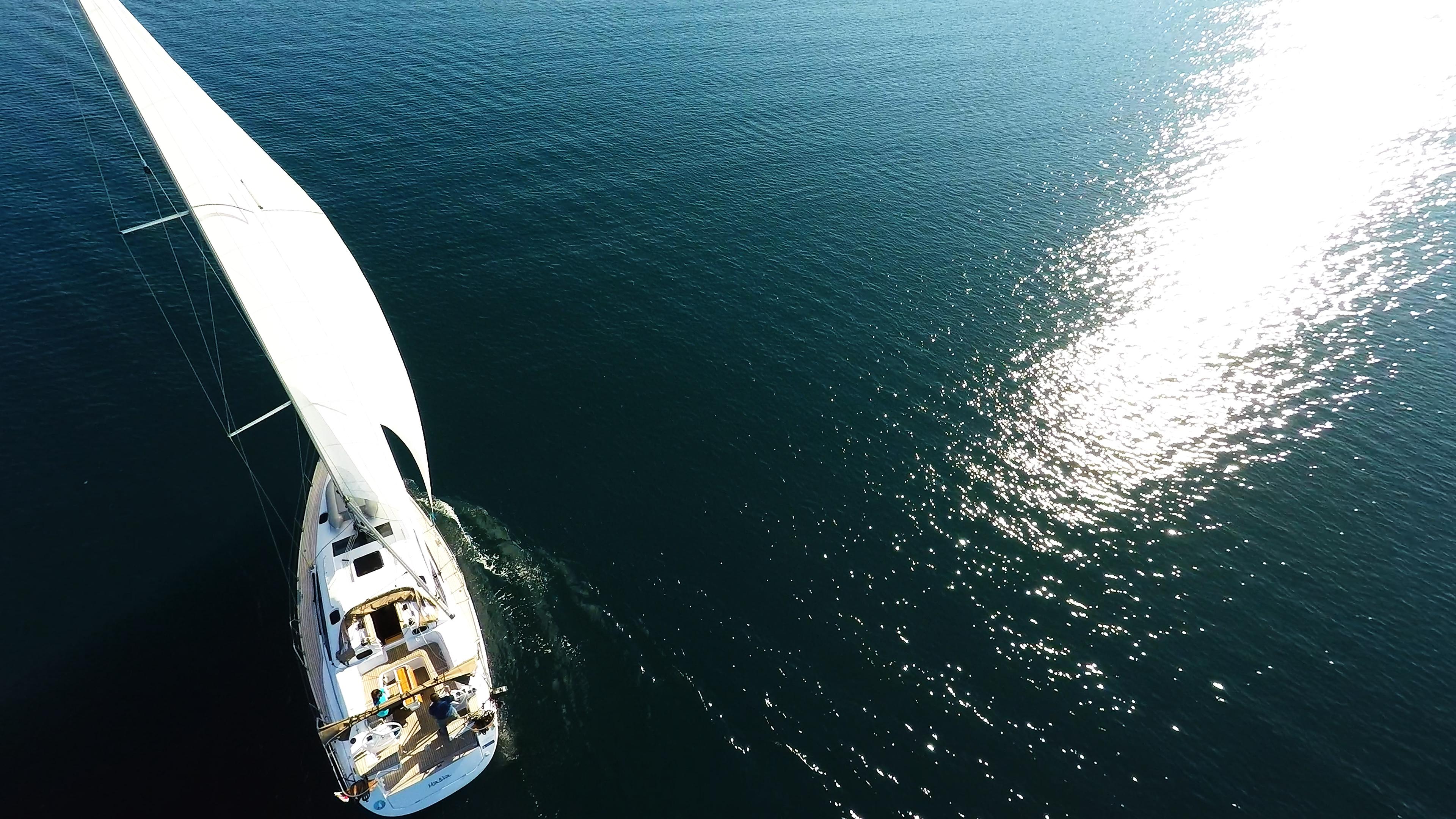 bateau à voile mer bleue réflexion du soleil bateau à voile elan 45 impression voiliers voiles