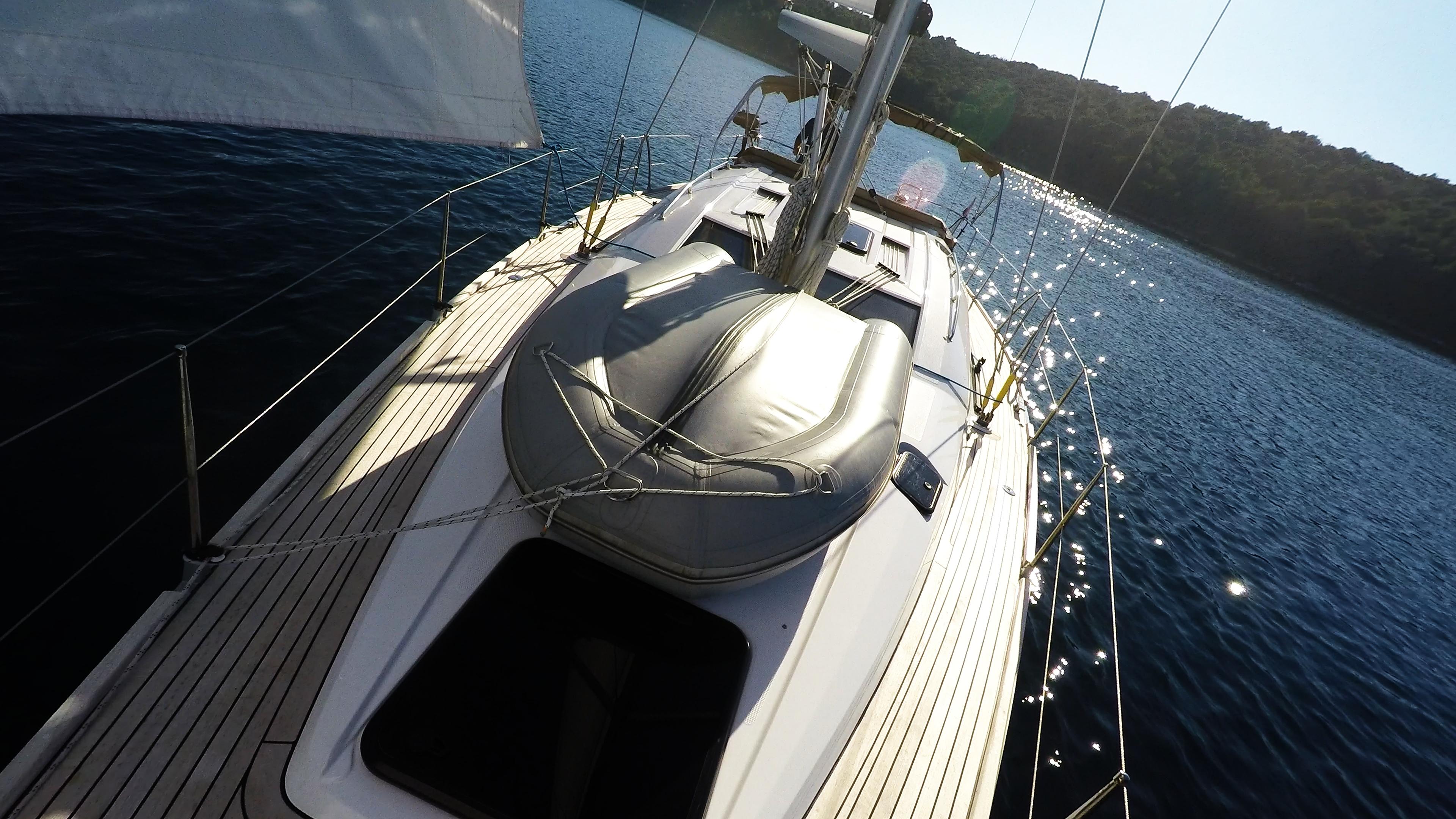 bateau à voile dériveur sur le pont du voilier voilier