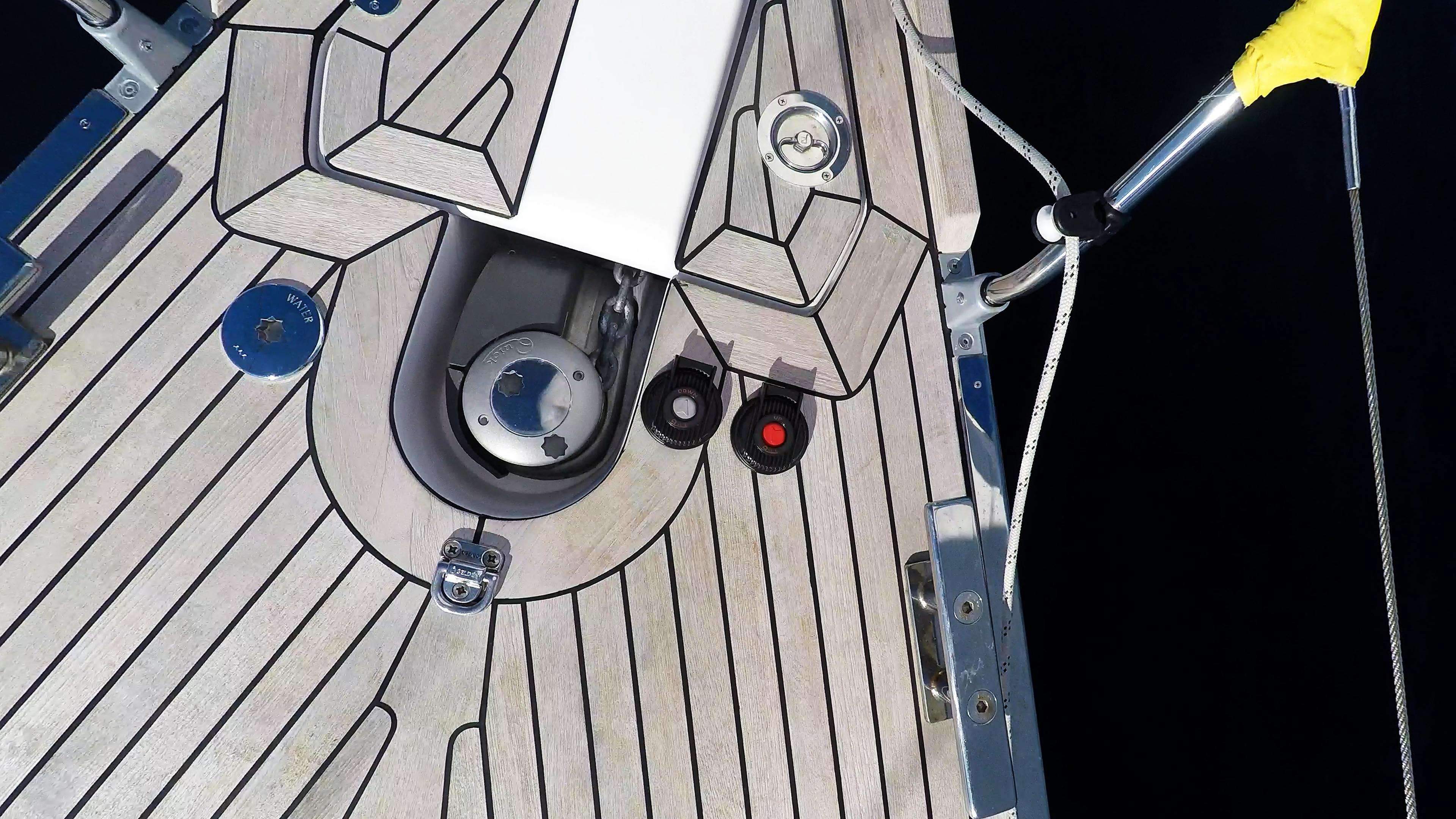 bateau à voile guindeau électrique pont en teck pour voilier