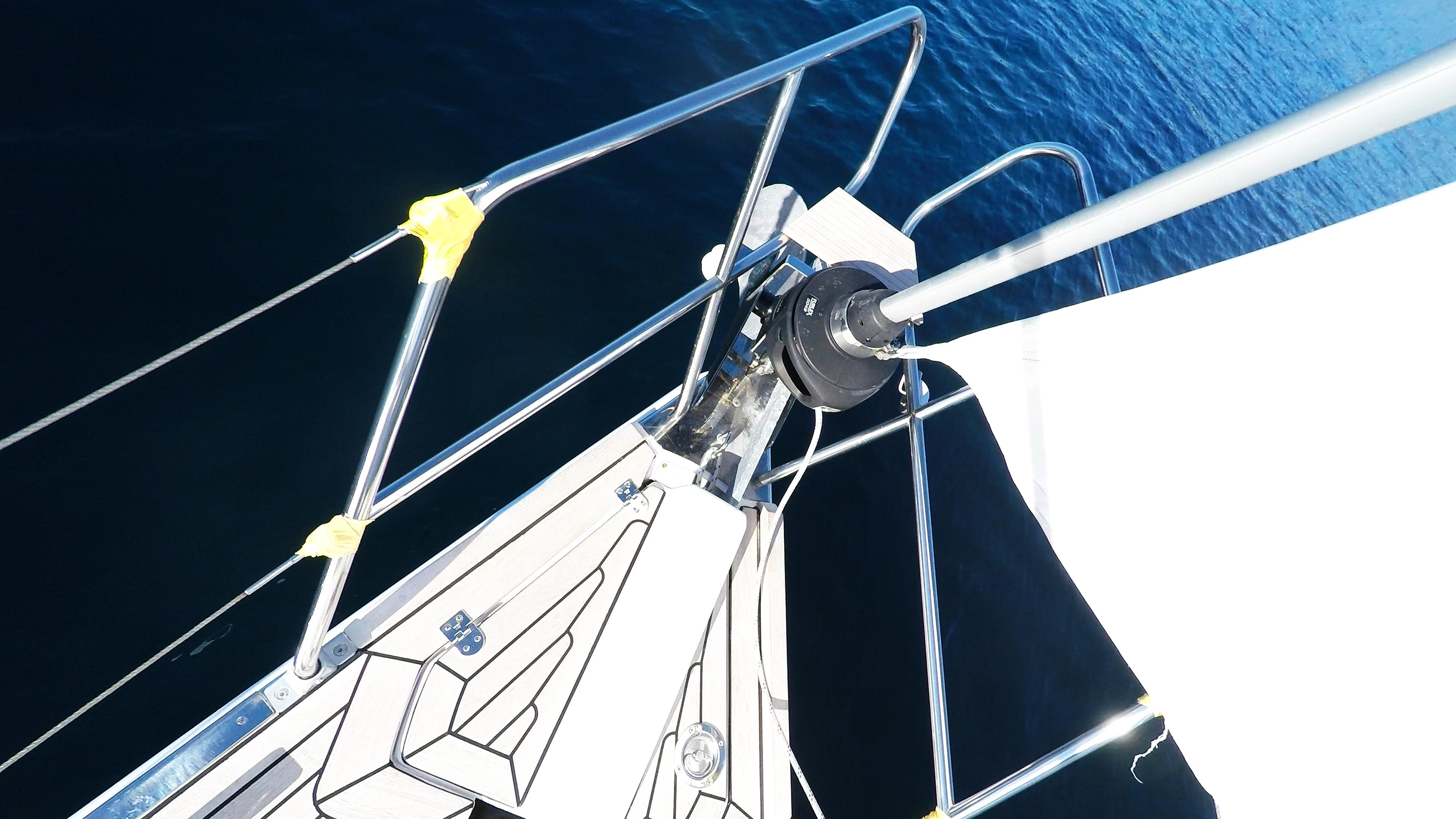 bateau à voile génois enrouleurs voile avant proue de voilier